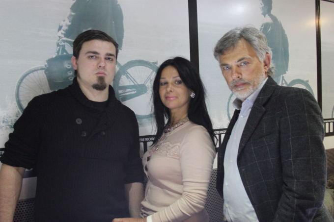 Knygos autorius Simonas Jurkevičius su tėvais ir bendraautoriais Jurga ir Paulium.
