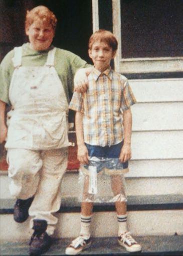 Stop kadras/Tillett Wright vaikystėje (dešinėje)