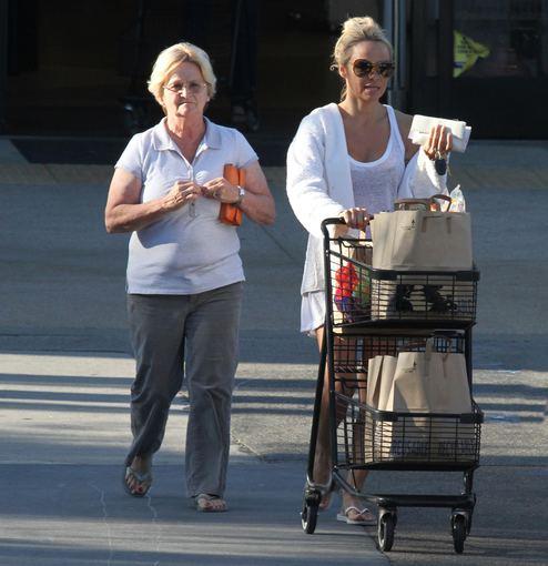 AOP nuotr./Pamela Anderson su mama Carol