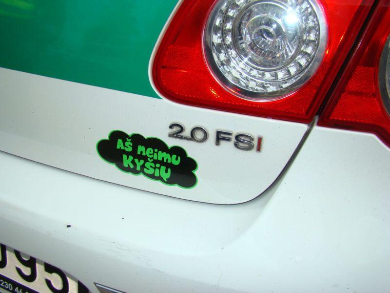 Tarnybinis automobilis su antikorupcinės akcijos lipduku