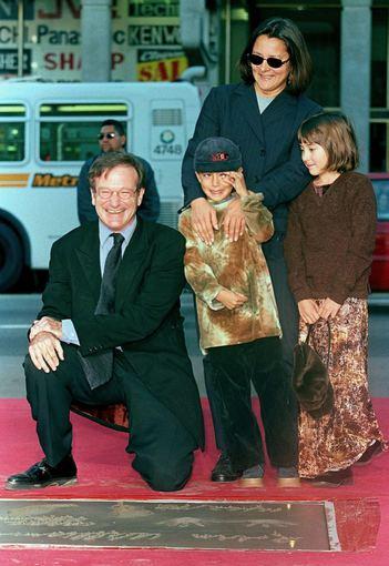 """AFP/""""Scanpix"""" nuotr./Robinas Williamsas su antrąja žmona Marsha Garces ir vaikais Zelda bei Cody (1998 m.)"""