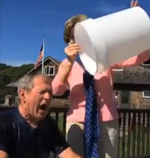 Laura Bush apipila George'ą W.Bushą lediniu vandeniu