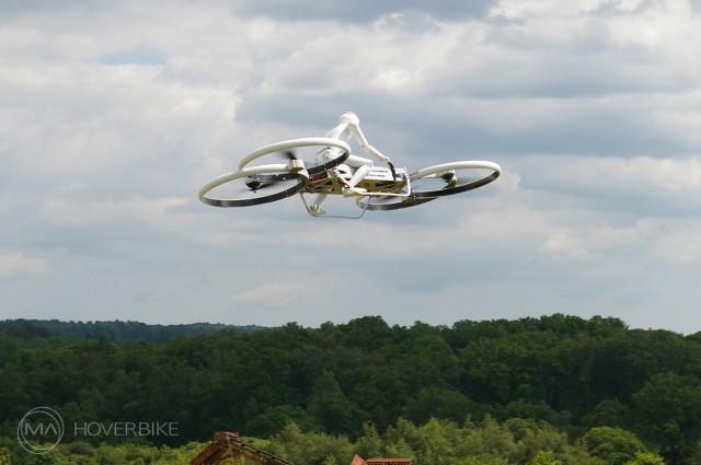 Dronas ant oro motociklo