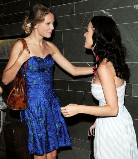 AOP nuotr./Taylor Swift ir Katy Perry po vakarienės Londone 2009-aisiais