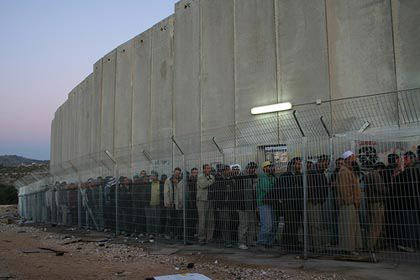 Eilės palestiniečių norinčių kirsti sieną