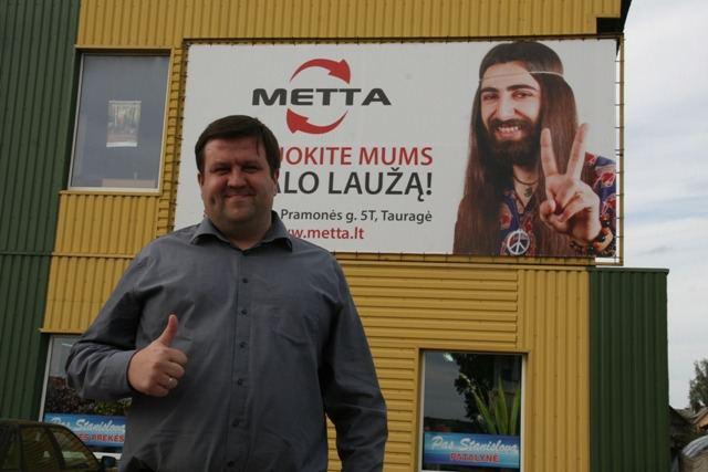 """Bendrovės """"Metta"""" vadovas Marius Jucikas originaliai reklamuoja savo verslą"""