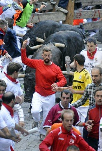 """AFP/""""Scanpix"""" nuotr./Britas, besidarantis asmenukę per bėgimą nuo bulių"""