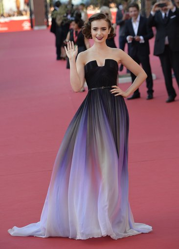 """Scanpix""/""SIPA"" nuotr./Lily Collins su ""Elie Saab"" suknele Romos filmų festivalyje"