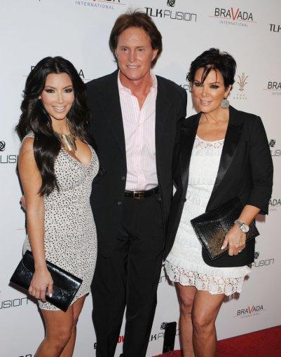 """Scanpix"" nuotr./Kim Kardashian su patėviu Bruce'u Jenneriu ir mama Kris Jenner"