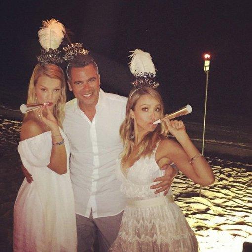 """Instagram"" nuotr./Jessica Alba su vyru Cashu Warrenu ir geriausia drauge Kelly Sawyer Meksikoje"