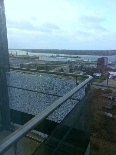 15min.lt skaitytojos Nomos nuotr./Sudaužytas balkono rėmas