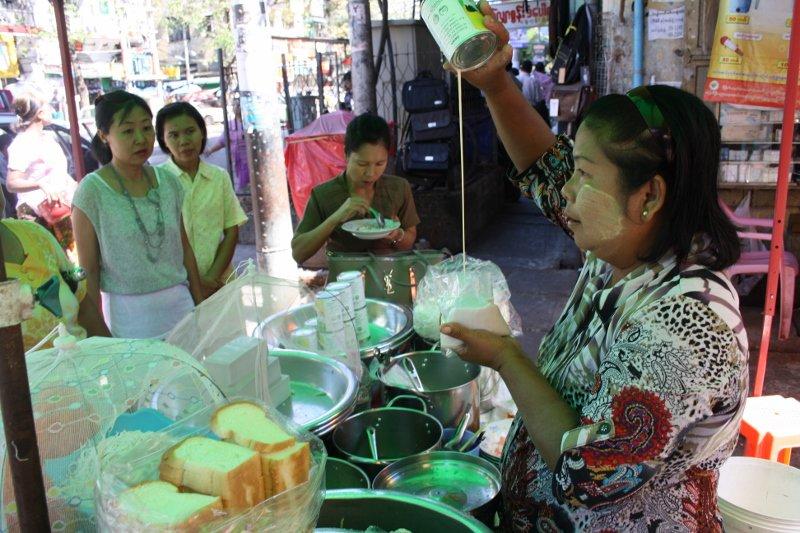 Keistąją ledinę kokosų sriubą betaisanti moteris