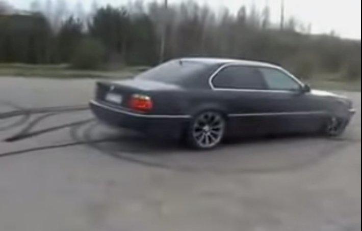 Asociatyvinė iliustracija: vadinamasis driftas senu 7-osios serijos BMW automobiliu.