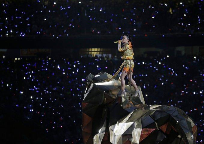 """""""Scanpix""""/AP nuotr./Per rungtynių pertrauką koncertavo dainininkė Katy Perry"""
