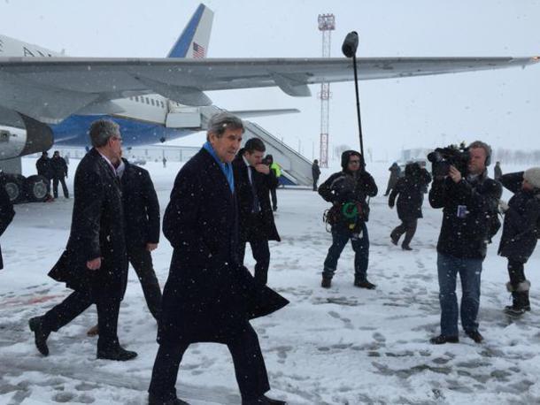 Johnas Kerry jau atvyko į Kijevą.
