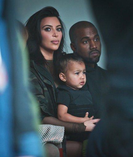 """Scanpix""/AP nuotr./Kim Kardashian ir Kanye Westas su dukra North"