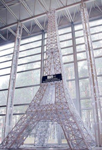 VGTU nuotr./VGTU studentų pastatytas popierinis Eifelio bokštas