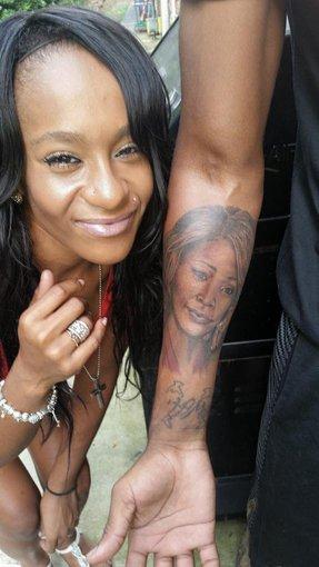 """""""Twitter"""" nuotr./Nickas Gordonas ant rankos yra išsitatuiravęs didžiulį Bobbi Kristinos Brown mamos Whitney Houston portretą"""