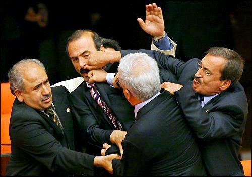 Muštynės Turkijos parlamente.