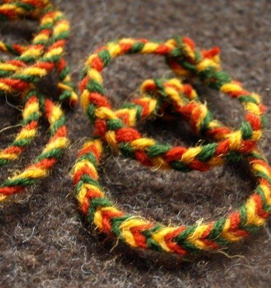 Trispalvė draugystės apyrankė, skirta Lietuvos Nepriklausomybės atkūrimo 25-mečiui paminėti