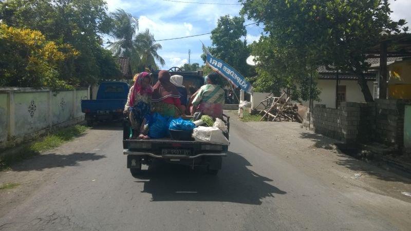 Kaimo moterys vežamos namo po prekybos turguje