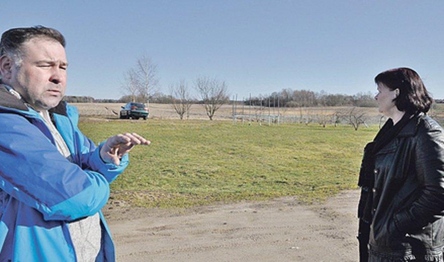 Anot Vydmantuose, Gluosnių g., gyvenančių kaimynų Virginijos Stonkuvienės ir Mindaugo Domarko, ieškodami maisto, vilkšuniai prie jų sodybų per laukus atklysta nuo tvenkinių pusės.