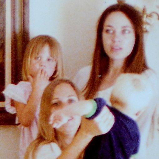 """Vida Press""/Jeff Rayner/Coleman-Rayner nuotr./Angelina Jolie mamai Marcheline Bertrand ant rankų (1977 m.)"