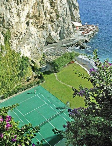 architecturaldigest.com nuotr./Pritrenkiantys teniso kortai penkiose išskirtinėse pasaulio vietose