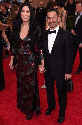 Vida Press nuotr./Cher and Marcas Jacobsas Metropoliteno gala puotoje
