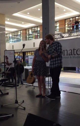 Stop kadras/Edas Sheeranas su gerbėja