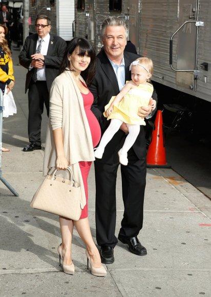 "AFP/""Scanpix"" nuotr./Alecas Baldwinas su žmona Hilaria ir dukra Carmen"