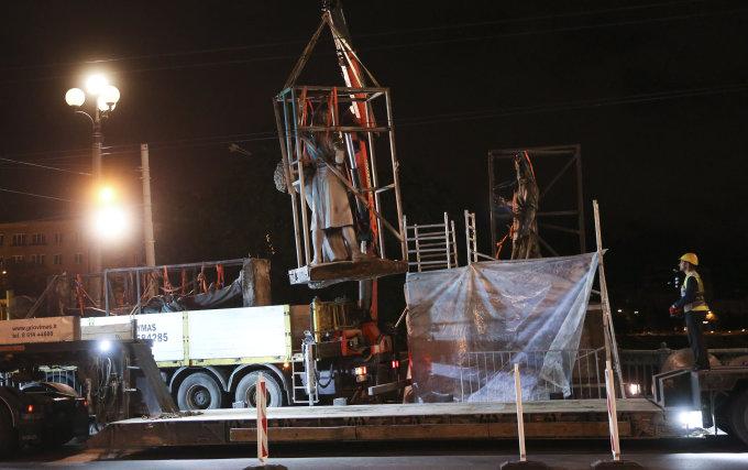 Luko Balandžio / 15min nuotr./Žaliojo tilto skulptūrų nukėlimo darbai