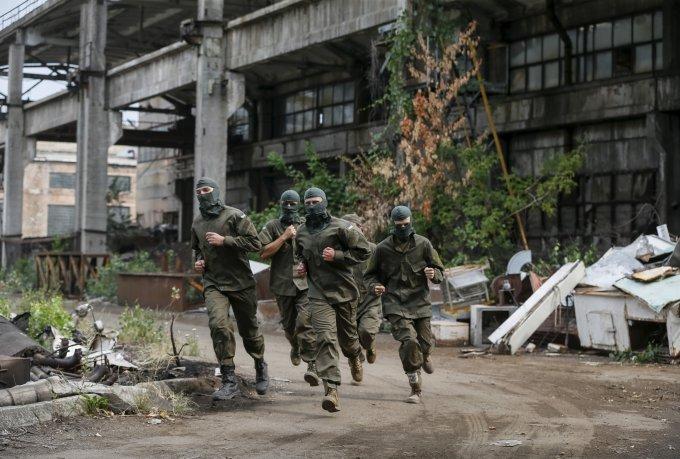 """""""Reuters""""/""""Scanpix"""" nuotr./Ukrainos ultranacionalistų savanorių pulko """"Azov"""" karių rungtynės"""