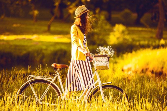 Fotolia nuotr./Mergina su dviračiu.