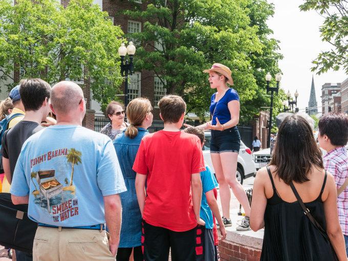 123rf.com nuotr./Gidė veda ekskursiją