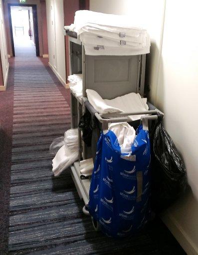Tokius, už save pačią dvigubai sunkesnius ir didednius. iki viršaus patalynės, rankšluosčių ir kitų viešbutyje reikalingų daiktų prikrautus karučius privalo stumdyti kiekviena valytoja.