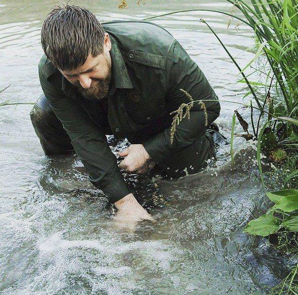 R. Kadyrovas su krokodilu