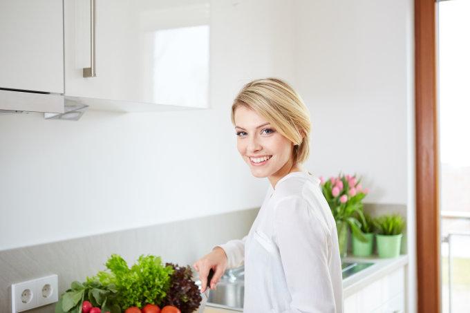 Vida Press nuotr./Moteris ruošia salotas
