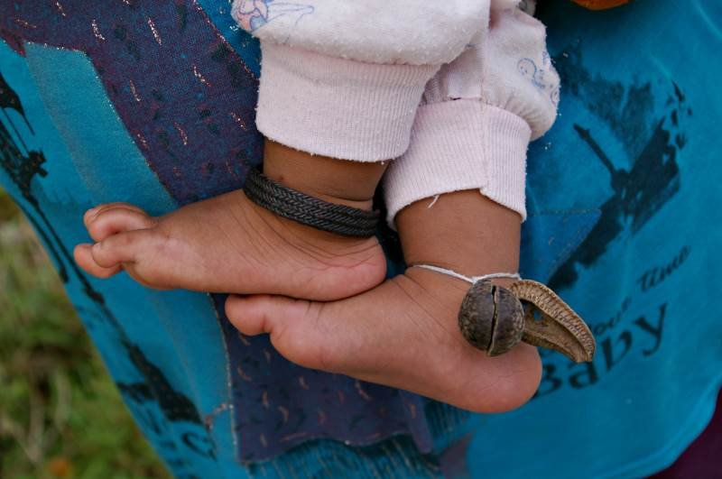 Viktorijos Panovaitės nuotr./Sikonyer kaime vaikai nuo nužiūrėjimo saugomi specialiais pakabukais