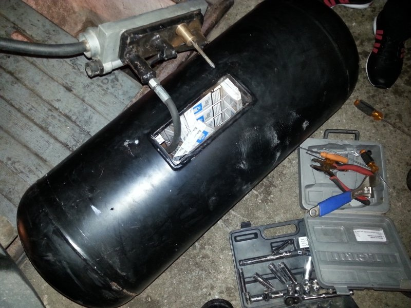 Kontrabandinių cigarečių slėptuvė automobilio dujų balione