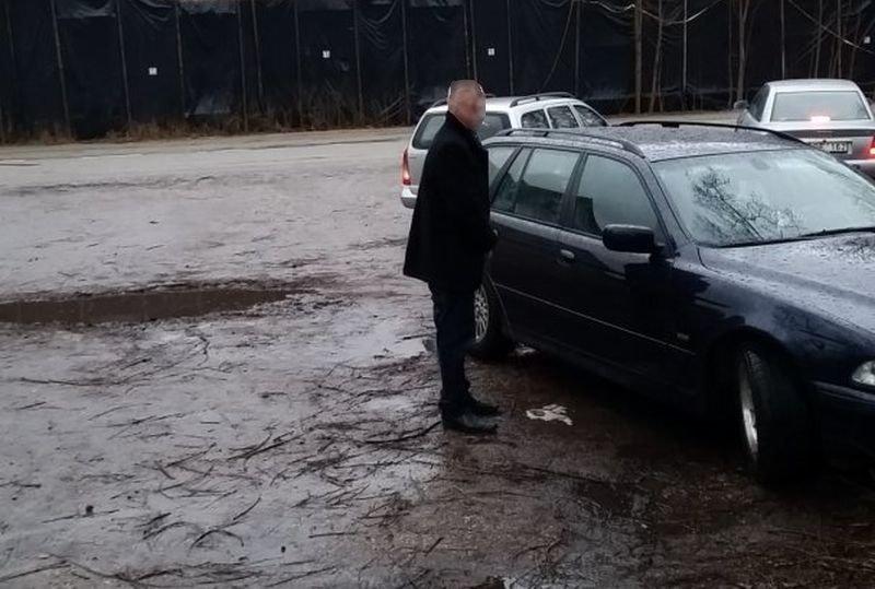 Nepagarba BMW vairuotojams: vyras nusišlapino ant automobilio