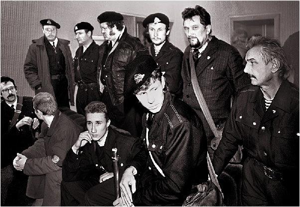 Saulius Japertas (pirmoje eilėje pirmas iš kaires) su bendražygiais parlamento gynėjais