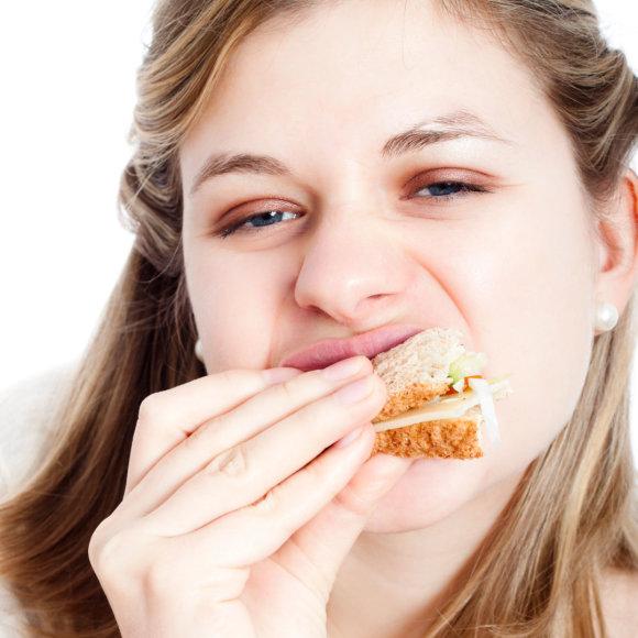 Vida Press nuotr./Moteris valgo sumuštinį