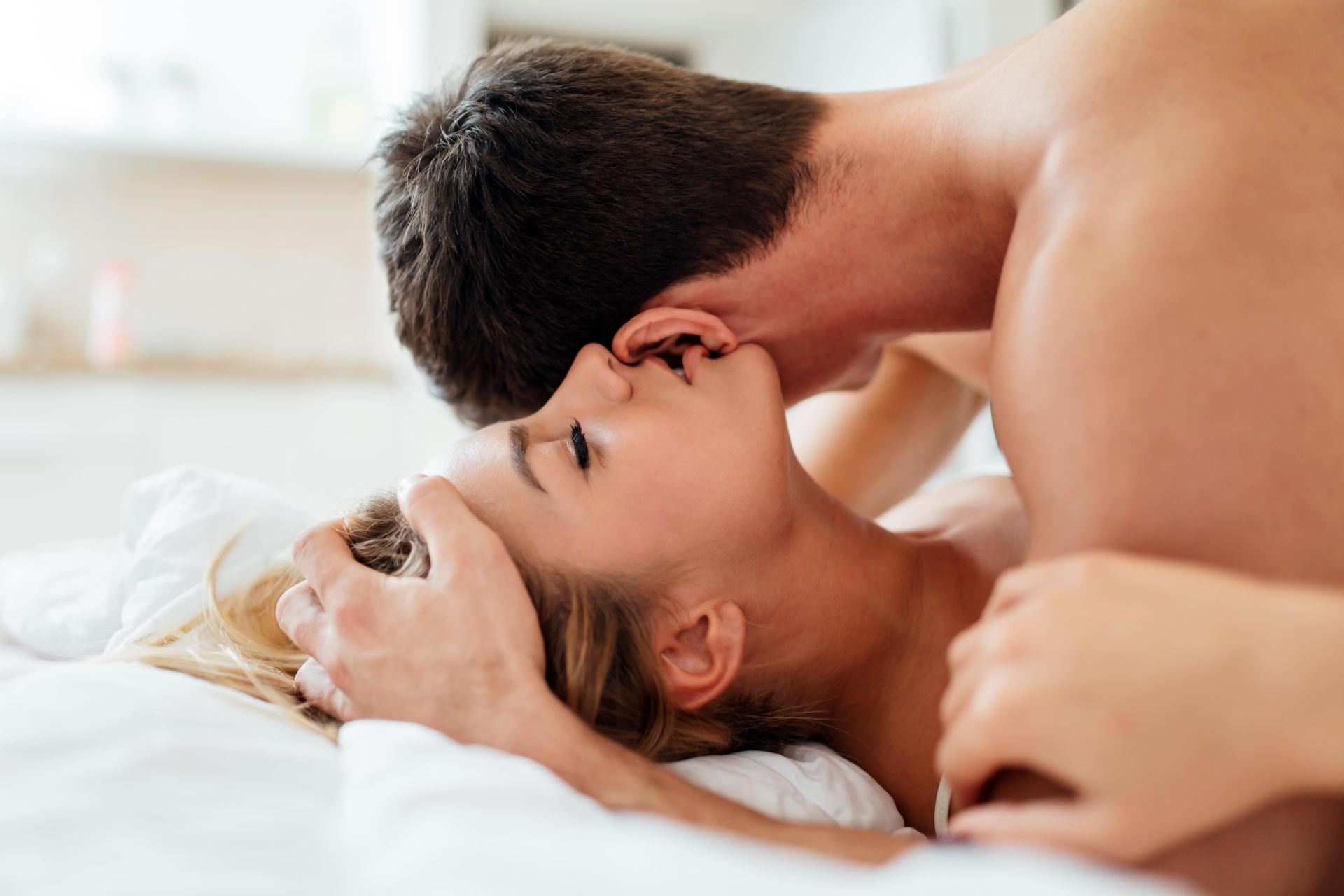 moterys bučiuoja varpą