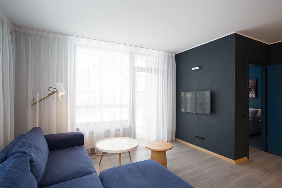 Mėlynai baltas buto interjeras