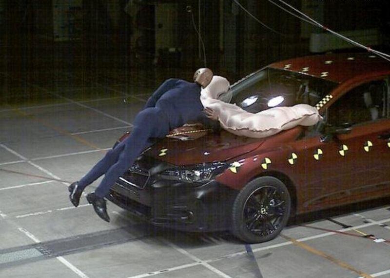 """""""Subaru Impreza"""" saugos pagalvė, skirta pėstiesiems"""