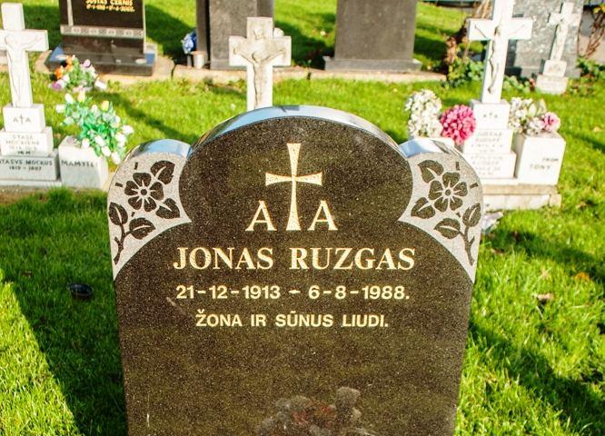 Ne ant vieno paminklo Londono lietuvių kapinėse trūksta raidžių ar padaryta kitų klaidų.