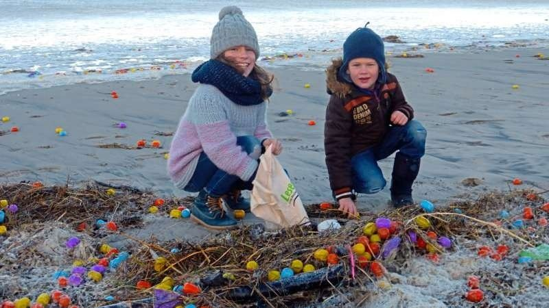 Šiaurės jūros saloje į krantą išmesta gausybė plastikinių kiaušinių su žaisliukais