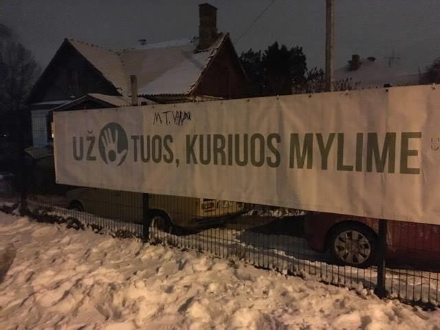 P.Vileišio progimnazijos Tėvų komiteto nuotr./Plakatas ant P.Vileišio progimnazijos tvoros