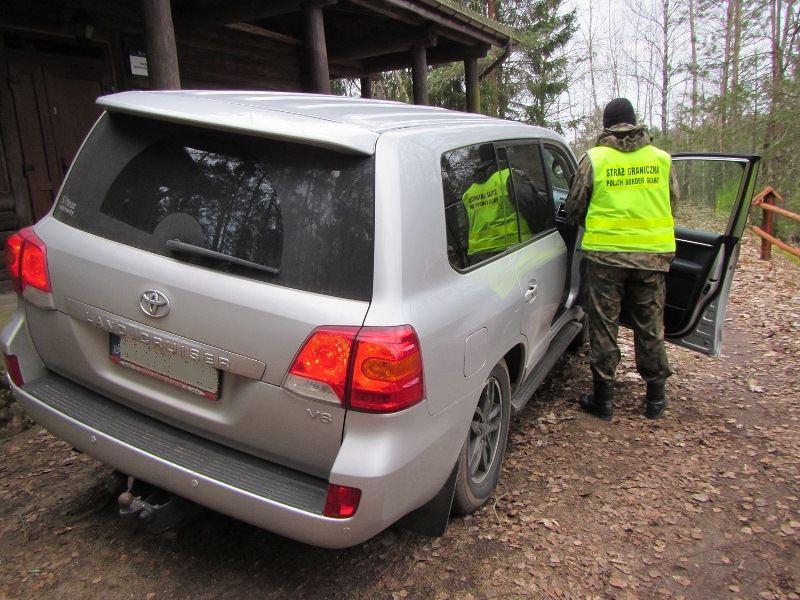 "Podlaski OSG nuotr./Sučiuptas lietuvis su vogta ""Toyota Land Cruiser"""